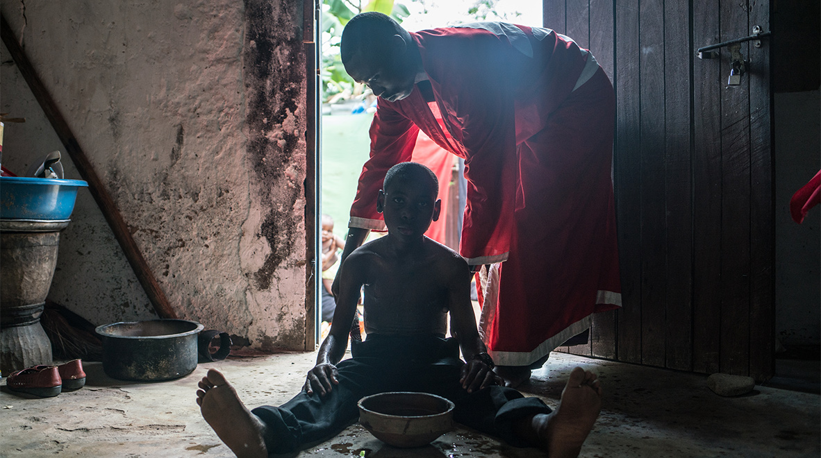 Ramadhan Milanzi, a traditional healer in Dar es Salaam, attends to a patient. (The Global Fund / Nichole Sobecki)
